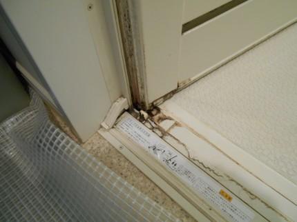 ドアの縁の部分に石鹸カスが固まっている状態でした。